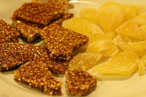 Kandiseret ingefær og karamel med sesamfrø